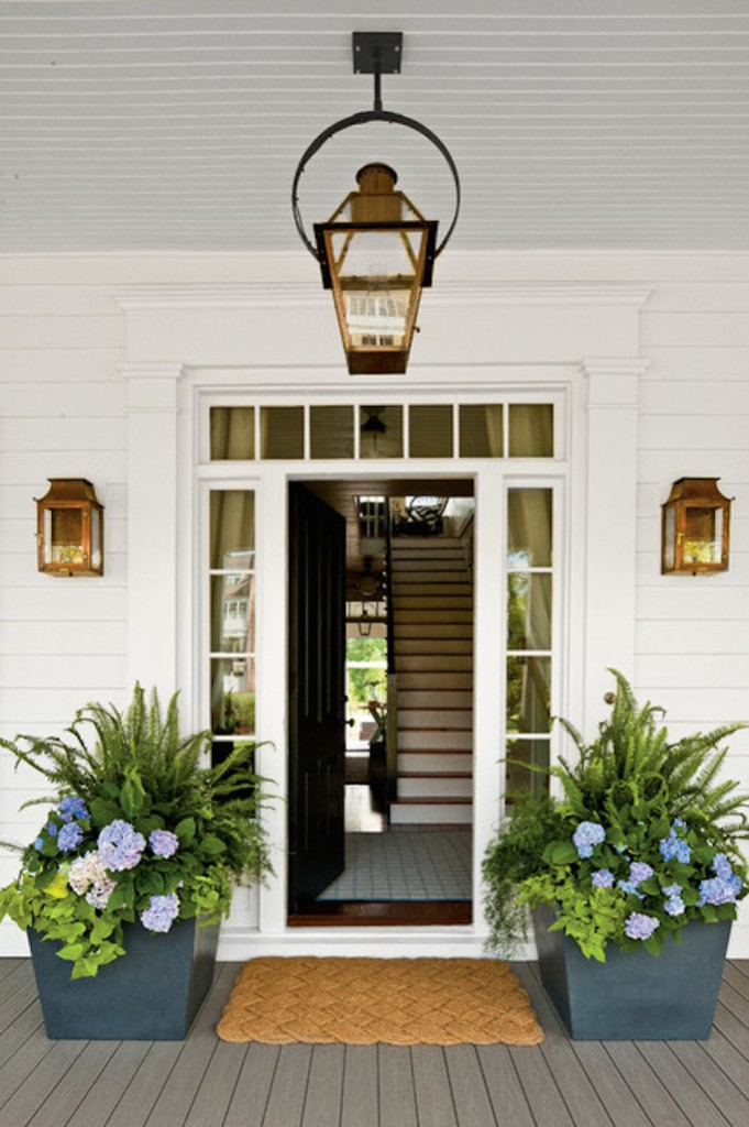 farmhouse-entry-outdoor-planters