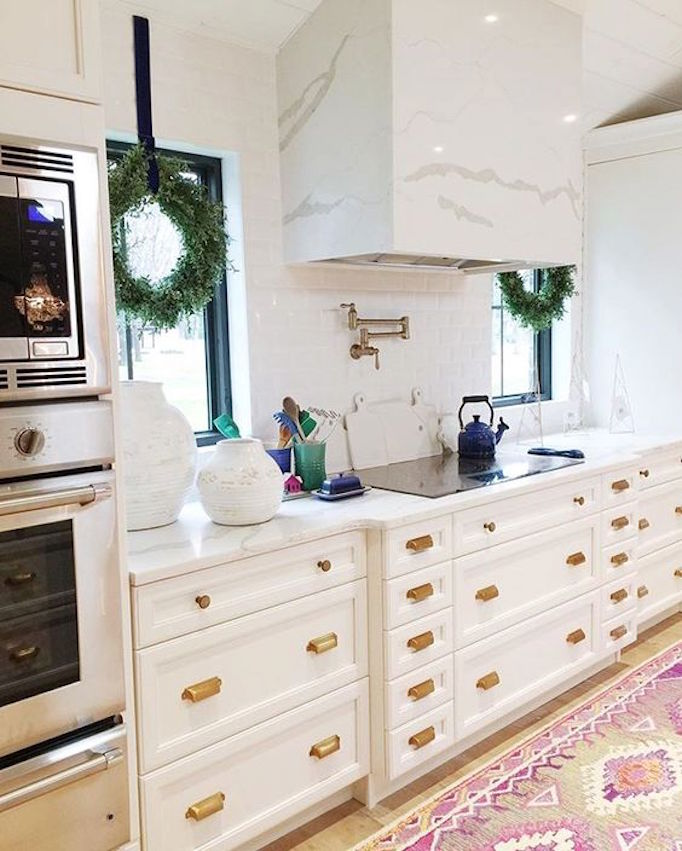 becki-owens-holiday-greenery-kitchen